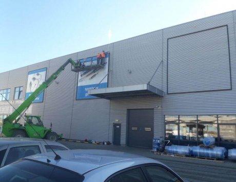 Konstrukcje reklamowe na fasadzie budynku