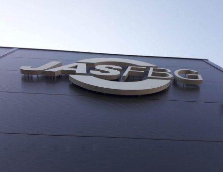 Litery reklamowe przestrzenne na fasadzie budynku