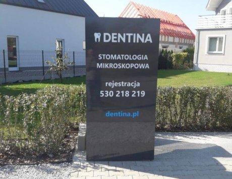 Pylon reklamowy przychodni stomatologicznej